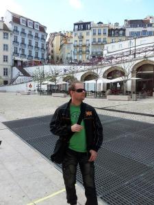 Typisk knarkspekulant testar portugisiskt gatuliv.